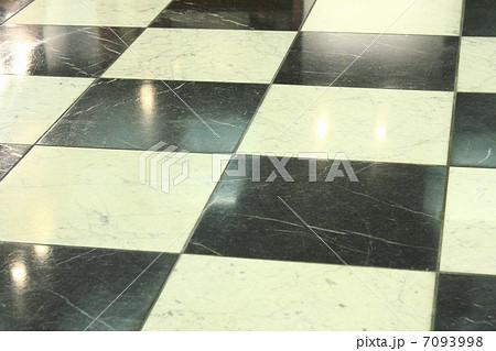 白黒のチェックのPタイルの床 7093998