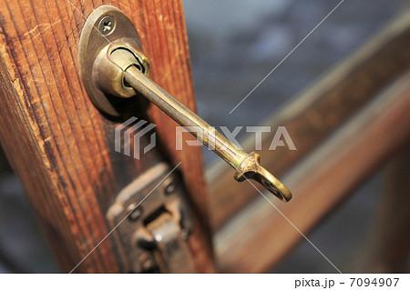 昔のねじ式の窓の鍵 7094907