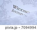 結婚式の招待状と新婦のレースの白い手袋 7094994