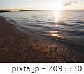 日の出と砂浜  7095530