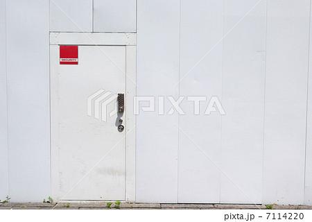 工事用仮囲いと鍵付きの扉 7114220