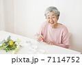 絵手紙を描くおばあちゃん 7114752