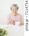 絵手紙を描くおばあちゃん 7114754