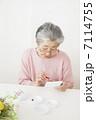 絵手紙を描くおばあちゃん 7114755