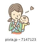 赤ちゃんをおんぶする女性 7147123