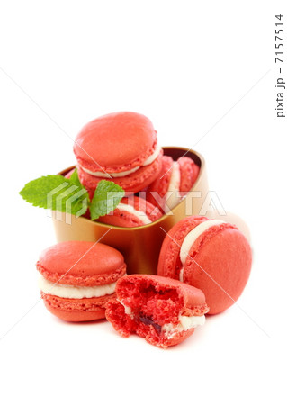 Macaroons with cream of mint and a cherry.の写真素材 [7157514] - PIXTA