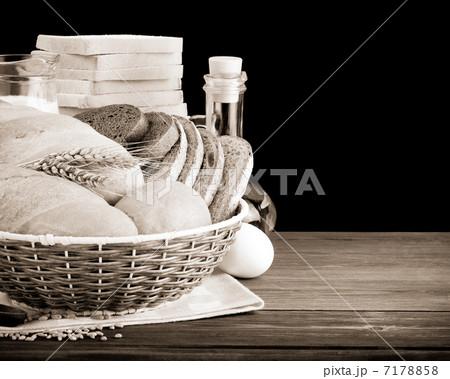 fresh bread isolated on blackの写真素材 [7178858] - PIXTA