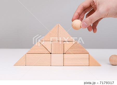 ピラミッドとボール