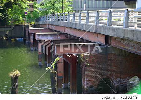 横浜市神奈川区の子安運河に架かるレンガ橋脚の新浦島橋 7239348