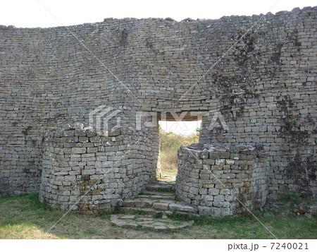 ジンバブエの世界遺産(グレート・ジンバブエ遺跡)グレートエンクロージャー 7240021