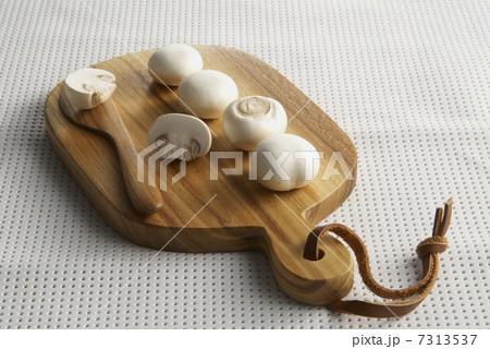 キッチンボードの上のマッシュルームの写真素材 [7313537] - PIXTA
