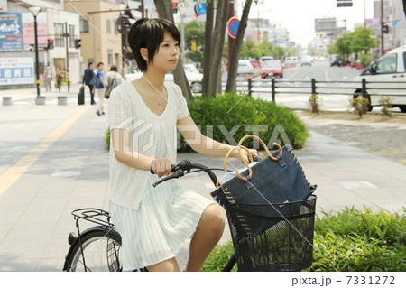 自転車の 自転車の写真 : 自転車に乗る女の子 7331272