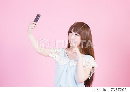 写メを撮る若い女性 7387202