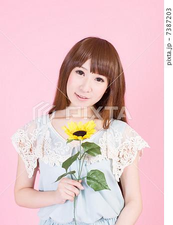 花を持つ女性 7387203