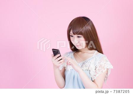 スマートフォンを操作する若い女性 7387205