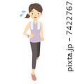 走る女性 7422767