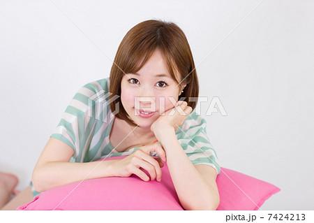 ほおづえの若い女性(笑顔) 7424213
