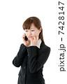 スマートフォンを使う若いビジネスウーマン 7428147