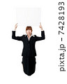 ホワイトボードを持った若いビジネスウーマン 7428193