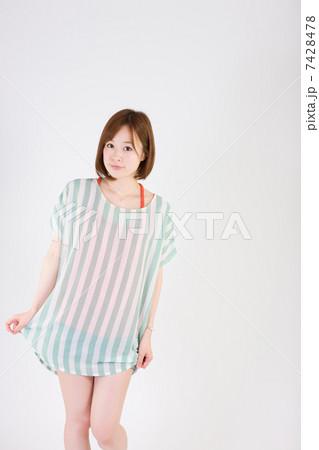 立ちポーズの若い女性 7428478