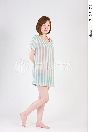 立ちポーズの若い女性(全身) 7428479