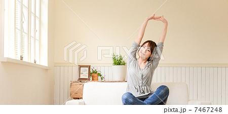 背伸びをする女性 7467248