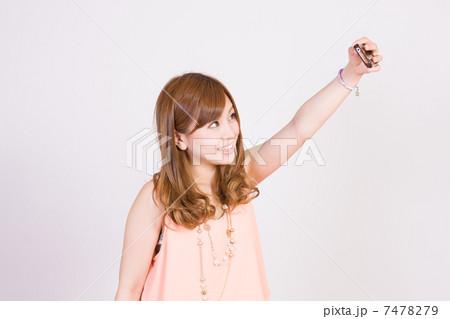 スマートフォンで写メを撮る女性 7478279