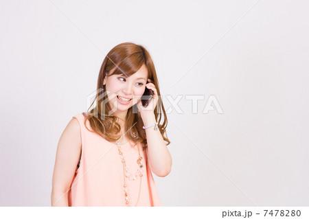 スマートフォンで会話中の若い女性 7478280