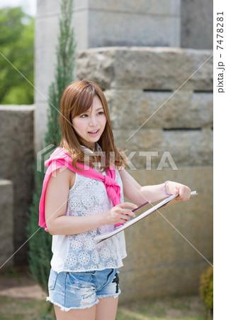野外でスケッチをする若い女性 7478281