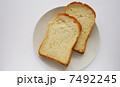 白い皿と食パン 7492245