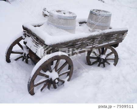 dray horse with barrels in the snowの写真素材 [7509511] - PIXTA