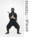 黒装束 男性 人物の写真 7589038