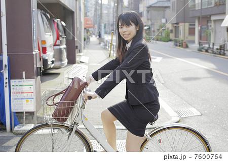 自転車に乗るOL 7600764