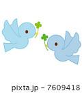 飛ぶ青い鳥 二羽 7609418