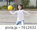 ドッジボールをする小学生女子 7612632
