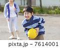 ドッジボールをする小学生女子 7614001