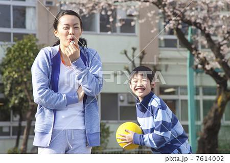 笛を吹く女性教師 7614002