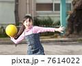 ドッジボールをする小学生女子 7614022