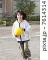 ドッジボールをする小学生女子 7614314