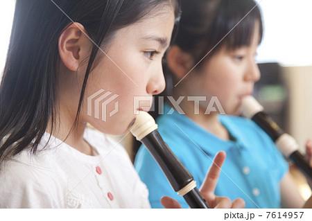 リコーダーを吹く小学生女子 7614957