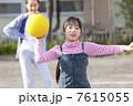 ドッジボールをする小学生女子 7615055
