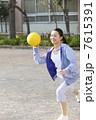 ドッヂボールを投げる女性教師 7615391