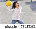 ドッジボールをする小学生女子 7615393