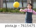 ドッジボールをする小学生女子 7615475