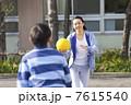 ドッヂボールをする小学生男子と女性教師 7615540