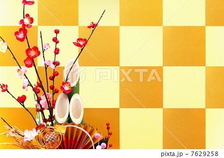 金色の市松模様の屏風と門松 7629258
