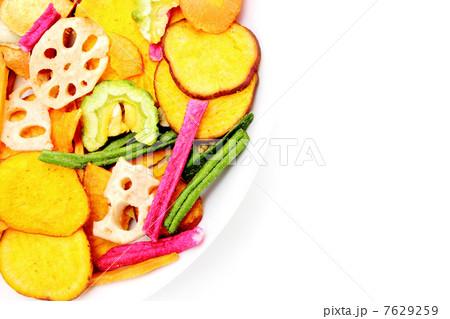 カラフルな野菜チップス 7629259