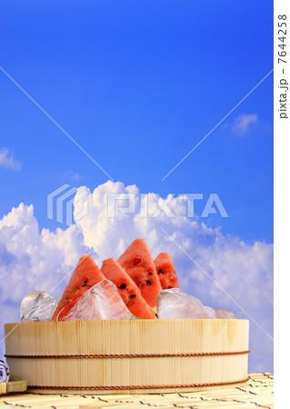 入道雲とスイカの夏イメージ 7644258