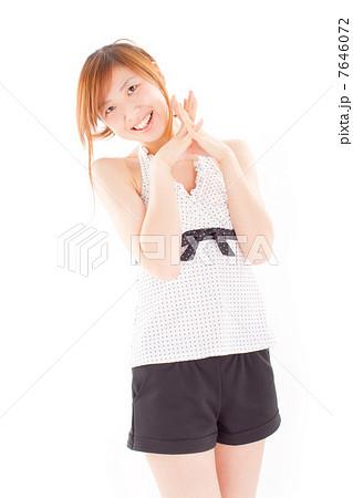 可愛い水玉模様の水着を着て可愛いポーズをする女の子 7646072