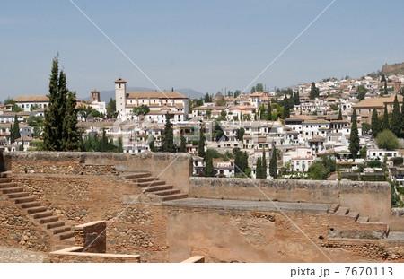 アルハンブラ宮殿のアルカサバとアルバイシン地区の白い街並み 7670113